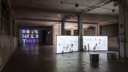 'Resisting the trouble': le video opere di giovani artisti sulla crisi globale